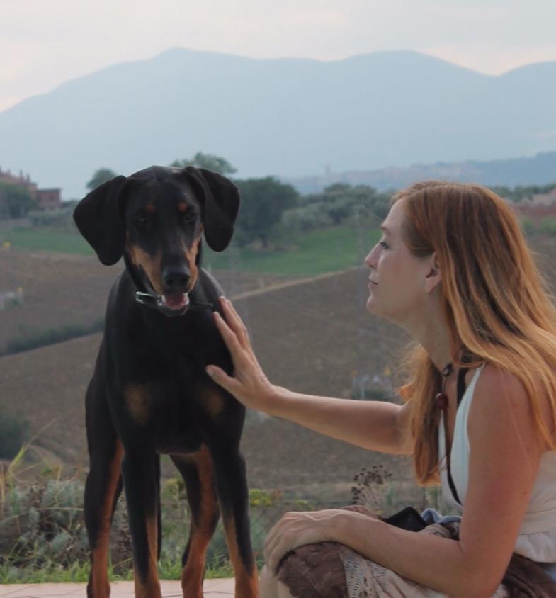 Reinhild Meier-Tauchert - Studierte Kommunikationsexpertin und ausgebildete Hundepsychologin und Verhaltenstherapeutin mit Energiebündel Amy